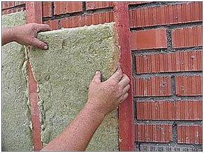 Если пенополистирол или пеноплекс плотно прилегает к стенам, то при использовании в качестве утеплителя минеральной ваты существует вероятность образования конденсата.