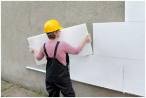 Выполнение работ по утеплению фасадных стен пенополистиролом требует строгого соблюдения отмеченной заранее вертикали.