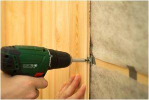 Крепление панелей МДФ к стене осуществляется с помощью специальных крепежных элементов, обеспечивающих надежную фиксацию составляющих конструкции.