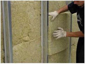 Работы по укладке минеральной ваты из стекловолокна выполняют, используя средства индивидуальной защиты.