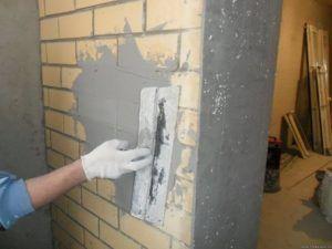 Ровняем новые кирпичи после высыхания грунтовки