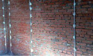 Перед определением максимальной толщины слоя штукатурки необходимо выставить строительные маяки, по уровню определив ровность предполагаемой поверхности.