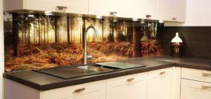 Панели, основанием для которых стало стекло, могут быть закреплены над рабочей поверхностью стола, возле мойки, под посудными шкафчиками.