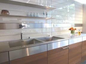 Панели для кухни из пластика легки и пластичны, просты в установке и использовании.