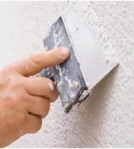 Нанесение шпаклевки позволит выровнять стену для будущей декоративной обработки.