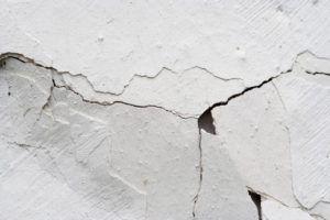 Как устранить трещины в штукатурке