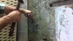 Как убрать плиточный клей со стены