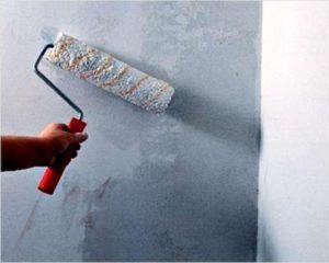 Нанесение побелки на стены