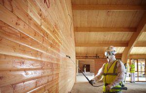 Обработка стен из дерева