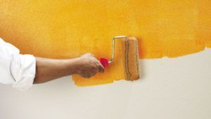 красить стену
