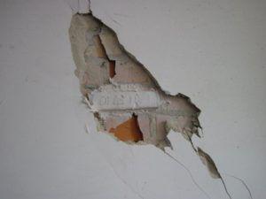 зашпаклевать трещины на стене