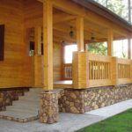 Дом из дерева обеспечивает комфортное проживание.
