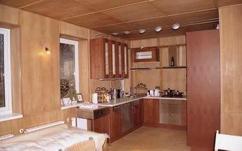 Стены, отделанные фанерой, делают помещение более светлым.