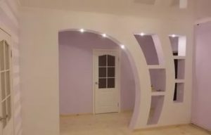 Оформленный в виде арки проем в стене поможет визуально расширить пространство.