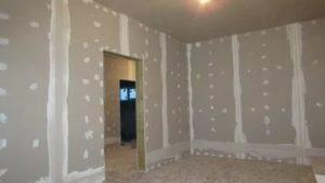 Перед поклейкой обоев на поверхности стен, сделанных из гипсокартона, не должно оставаться дефектов.