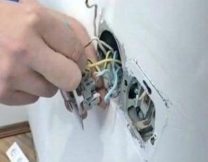 Нужно правильно подключить провода, иначе розетка не будет работать.