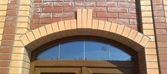 Кирпичное здание с аркой при входе