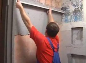 Процесс выравнивания цементной штукатуркой.