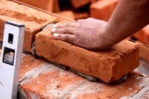 При выполнении кладки в один кирпич раствор кладут на самую широкую часть блока – постель.