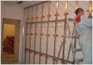 Гидроизоляционные материалы (полиэтиленовая пленка) укладывают поверх утеплителя, и потом весь этот пирог закрывают панелями МДФ.