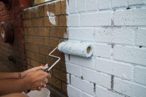 Окраска кирпичной стены