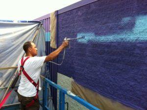 Покраска стены пульверизатором