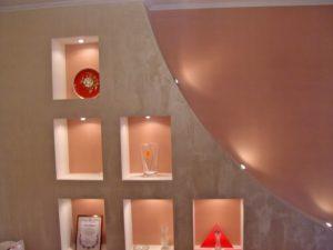 Декоративная штукатурка на поверхности стены смотрится очень красиво.