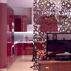 Кухня и гостиная с резной перегородкой.