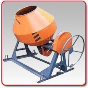 Бетономешалка значительно облегчает труд каменщика