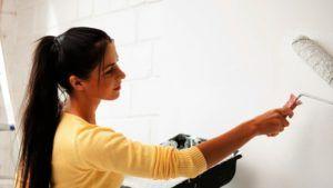 Нанесение состава на стену