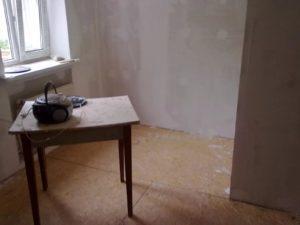 Уже после нанесения первого слоя шпаклевки поверхности плиты становится абсолютно ровной, но подготовка под покраску требует создания второго (финишного) слоя.