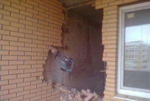 Демонтаж кирпичной стены.