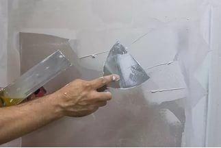 Отличается и толщина слоя, наносимого на обрабатываемую поверхность. Слой штукатурки может достигать 10-15 см, а шпаклевки не более 3 см.