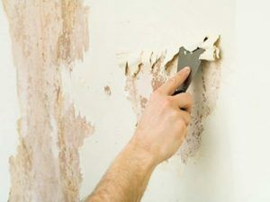 При подготовке стены необходимо удалить остатки старого ремонта