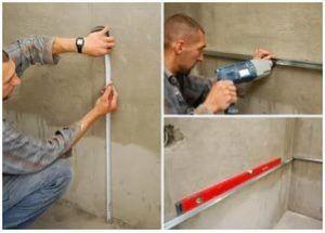 Все линии разметки чертят под постоянным контролем строительного уровня с ватерпасом или нивелиром.