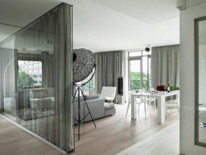 Пример сочетания перегородки из прозрачного стекла и занавески