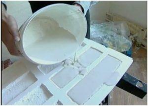 Процесс заливки гипсового раствора в форму