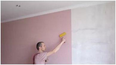 Клеить обои на крашеные стены можно только после качественной подготовки поверхности.