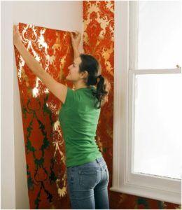 Отличительная особенность – качество обойного полотна, которое позволяет скрыть незначительные дефекты, обнаруженные на поверхности, а грунтование гарантирует надежную фиксацию обоев.