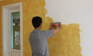 Нанесение жидких обоев на подготовленную стену
