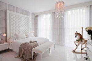 Стена и пол белого цвета прекрасно дополняют друг друга