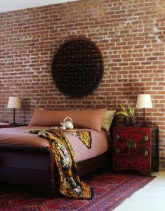 Кирпичная стена в интерьере спальной комнаты