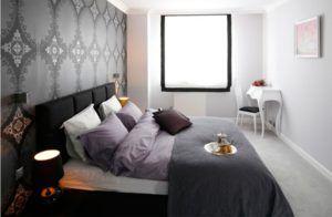 Оформление стены за кроватью обоями с крупным орнаментом