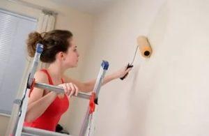 На загрунтованных стенах краска распределяется равномерно без чрезмерного впитывания красящего состава в обрабатываемую поверхность.