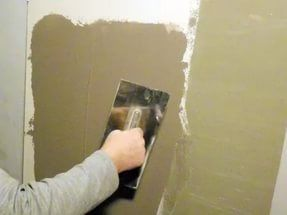 В тех случаях, когда предстоит подготовить под покраску бетонные стены, их выравнивают с помощью готовых гипсовых штукатурных смесей типа «Ротбанд».