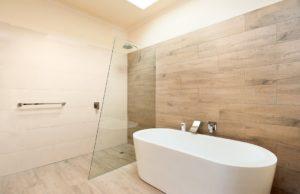 Пример установки стеклянной перегородки в ванной