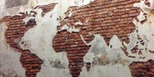 Пример использования цементной штукатурной смеси для необычного декора стен