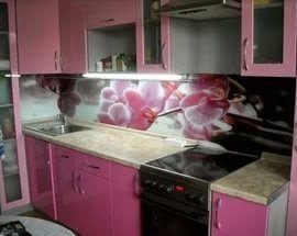 Качественные стеновые панели из стекла или любого другого материала станут надежной защитой поверхности стен и украшением дизайна.