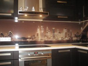 Особой популярностью пользуются металлические и стеклянные панели для стен, но стеновые панели МДФ для кухни не уступают данным изделиям по качеству, надежности и долговечности.