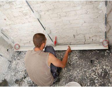 Кирпичную стену зачастую выравнивают при помощи штукатурки.